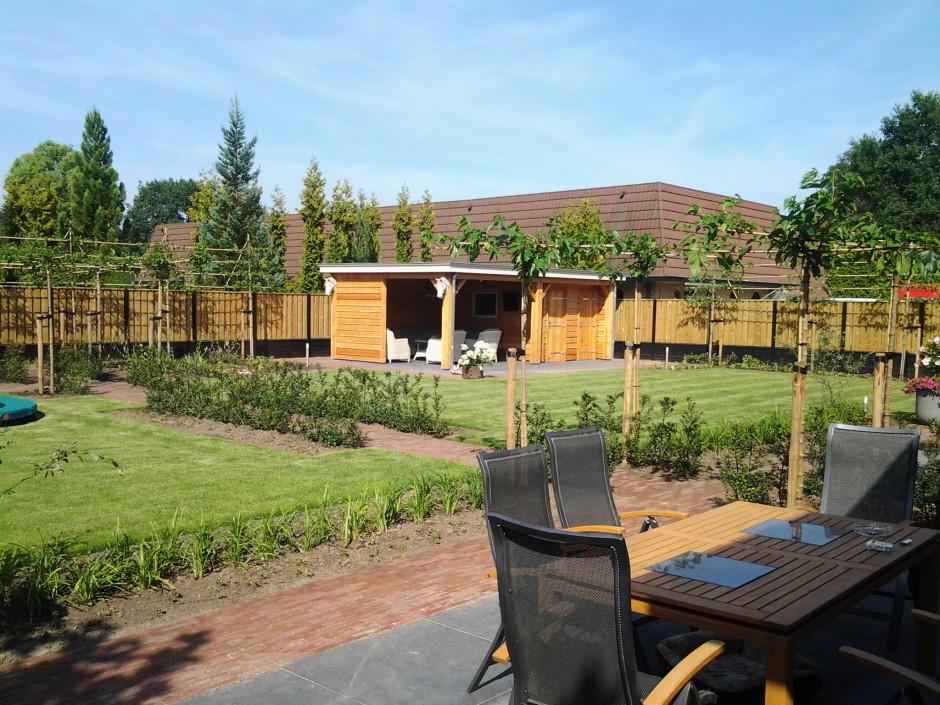 Achtertuin met tuinhuis en terras