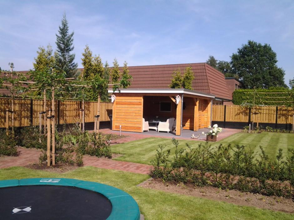 Achtertuin Woudenberg met tuinhuis en trampoline